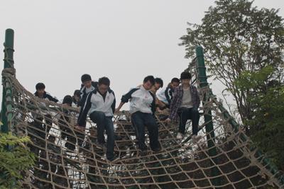 第二天,学生们来到了位于杜陵的雅森体验教育基地,集体参与了平步青云