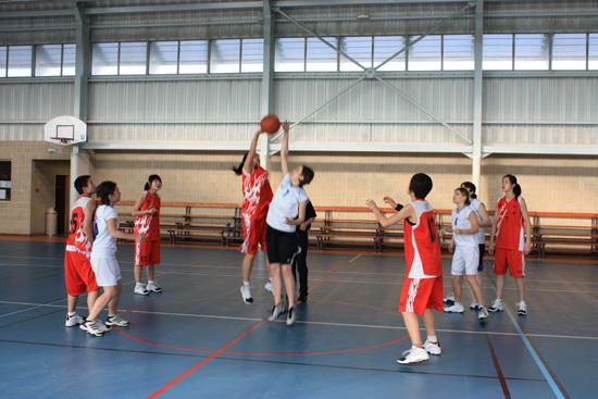 西安工业大学女篮30届大学生世锦赛上为中国捧回冠军奖杯图片
